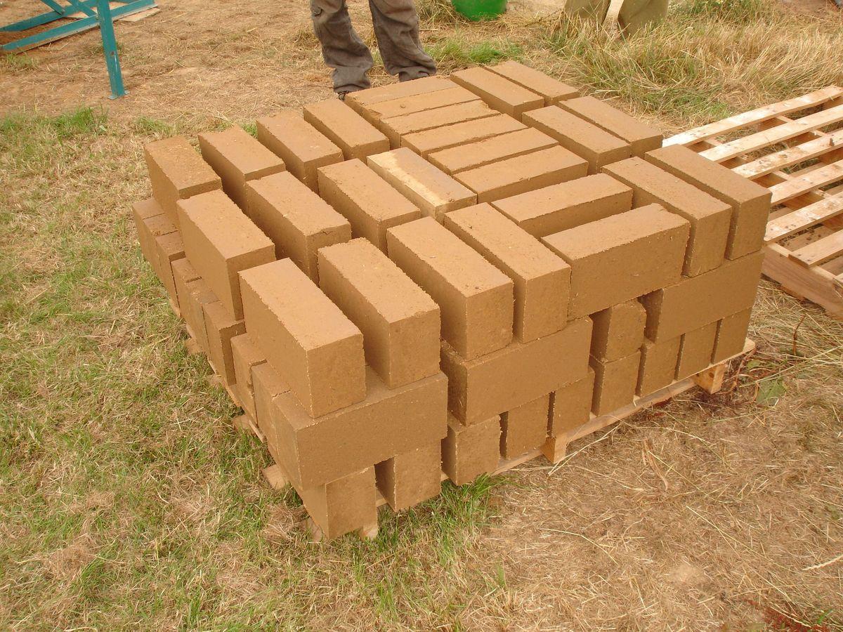 Construire en terre crue empreinte empreinte - Comment enlever les cailloux de la terre ...